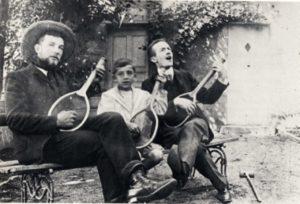 Giraudoux (à droite) chez ses amis Bailly à Saint-Amand-Montrond en 1906.